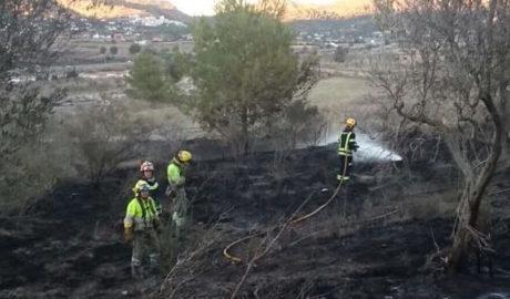 Incendios junto al casco urbano de Benissa por culpa de un cable eléctrico y en una parcela abandonada de Xàbia