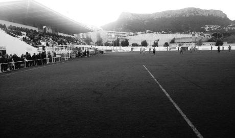 El Calpe CF juega con los jugadores detenidos en sus filas y un campo lleno