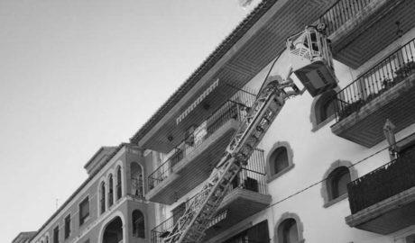 Els Bombers intervenen a Moraira davant la caiguda d'enderrocs d'un balcó