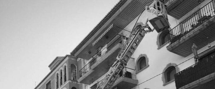Los Bomberos intervienen en Moraira ante la caída de cascotes de un balcón