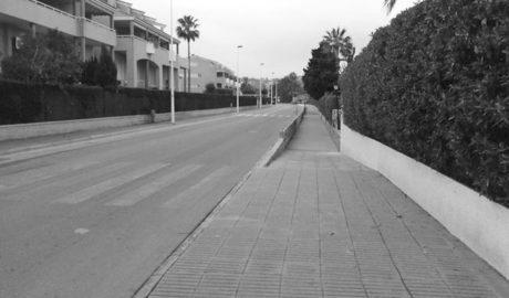 Xàbia repara las aceras de la calle Esparta para hacerlas accesibles a sillas de ruedas y carritos