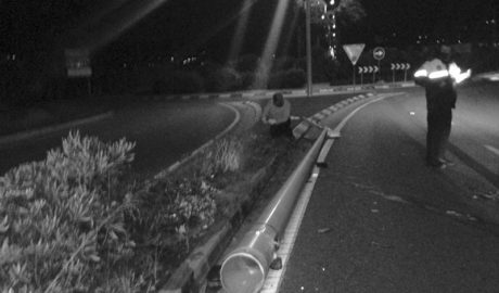 Un vehicle s'estavella contra un fanal a Xàbia i es dóna a la fuga