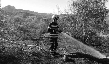 Los Bomberos sofocan un incendio de cultivos abandonados en Orba