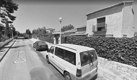 Crema de matinada un cotxe en una urbanització de Xàbia