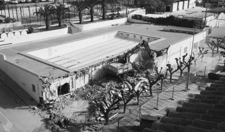 [LA FOTO] Teulada derrumba la antigua piscina para construir una nueva junto al campo de fútbol