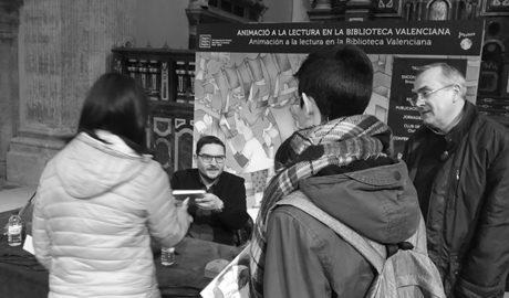 Alumnes de l'Antoni Llidó de Xàbia conversen amb l'escriptor Xavier Aliaga en una trobada literària