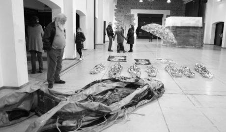 Cuando el arte logra conmocionar: una patera varada en la sala de El Prado de Ondara