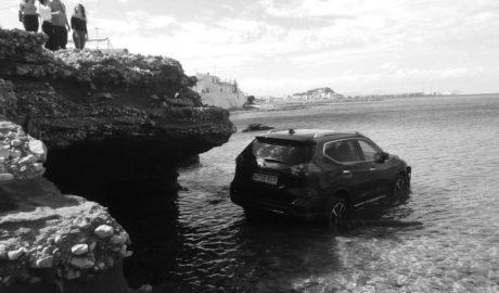 [LA FOTO] Un coche acaba en el mar en Les Rotes