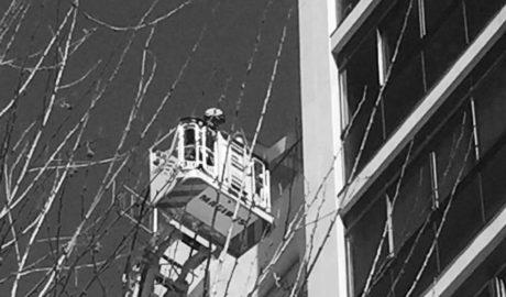 Espectacular trabajo en altura de los Bomberos por desprendimientos en una fachada en Dénia