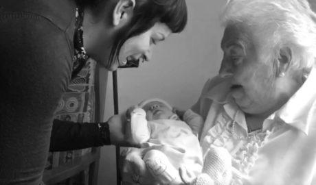 [VÍDEO] Teresa (89 anys) a Amaia (acabada de nàixer): «Que ningú trenque les teues ales per ser dona»